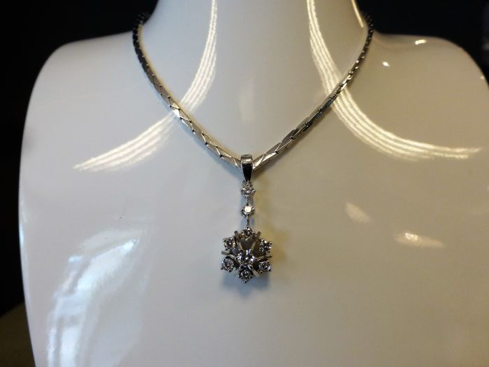 14 kt white gold necklace with pendant with 9 diamonds, the largest one 0.16 ct and the others 8x 0.05