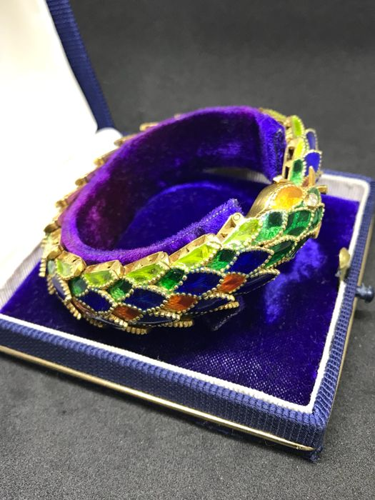 Yellow gold snake bracelet with diamonds and cathedral enamel
