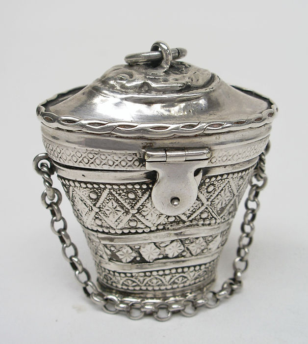 Silver sniffing box, moon-shaped with carrying chain,Pieter Hooijkaas, Schoonhoven (the Netherlands), 1843
