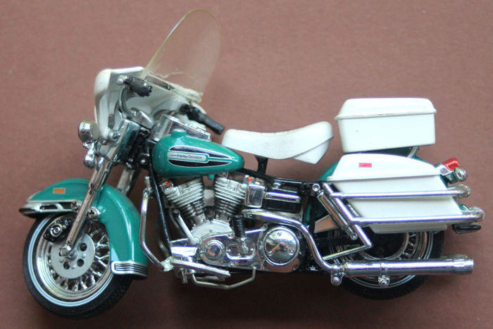 Franklin Mint Harley Davidson Electra Glide 1976 1:24 -  with certificate.