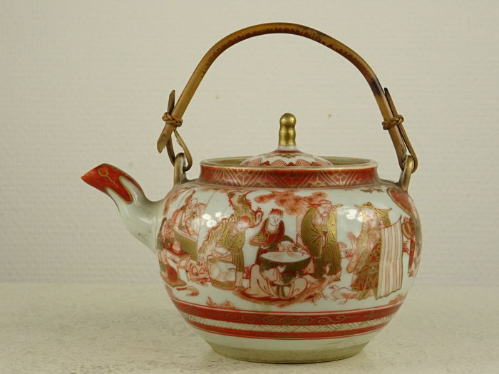 Kutani porcelain tea pot decorated with Chinese sages and Buddhist characters - Marked 'Koto' 湖東 - Japan - 2nd half of the 19th century