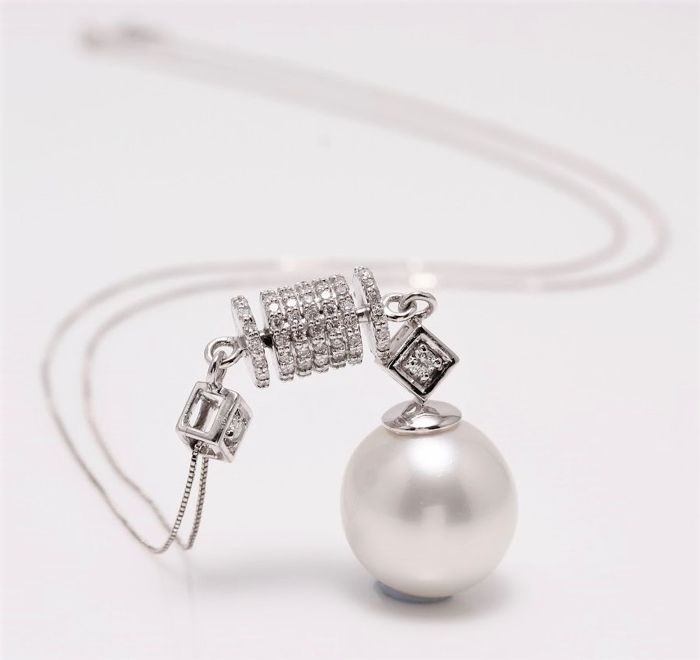 18K White Gold Necklace Featuring 0.35Ct VS G Diamonds and a Lustrous Australian South Sea Pearl - NO RESERVE PRICE