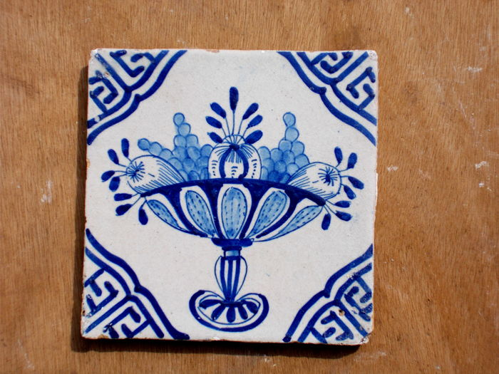 Rare, super intact tile with a fruit bowl, Holland, ca. 1620-1640
