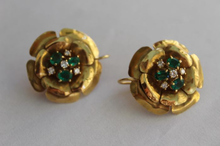 Flower-shaped earrings with emeralds and diamonds, in 18 kt (750/1000) yellow gold with repoussé work, hallmarked - lever back clasp - total weight 16.80 g