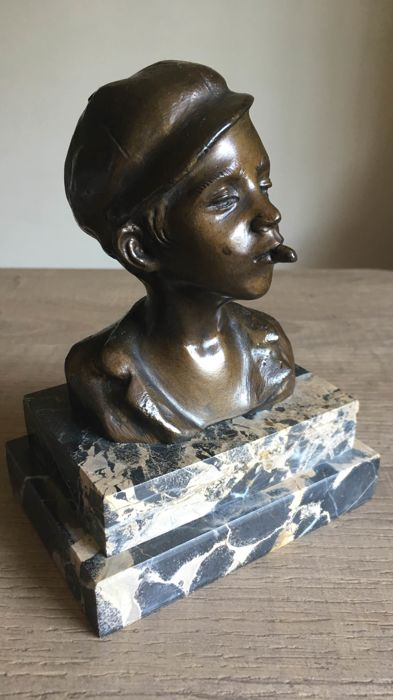 Bronze sculpture depicting a scugnizzo, a street urchin on double marble base - by De Martino (1870-1935) - 20th c.