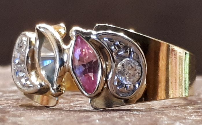 Ring in 18 kt gold with sapphires and garnet - 2.62 g - Size: 17 mm