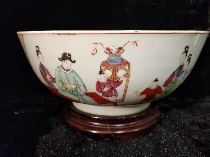 Large famille rose porcelain bowl with decoration of people - China - 18th century
