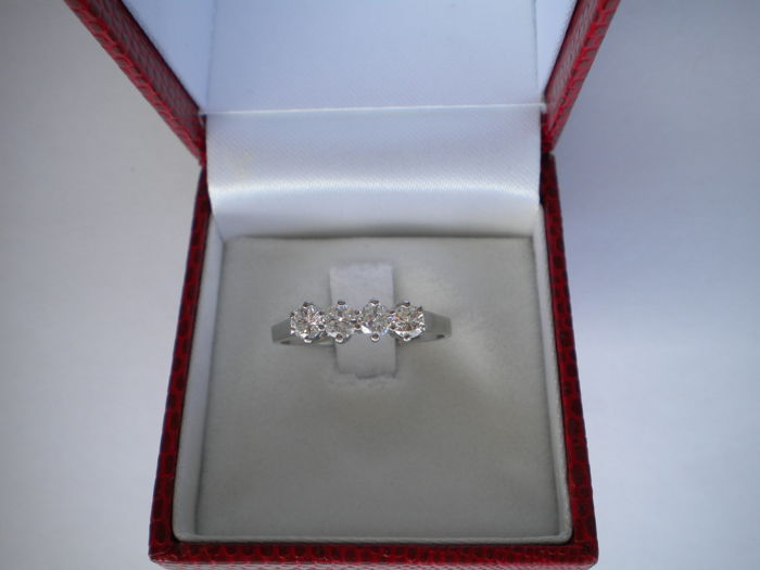 18 kt white gold ring with diamonds Four white diamonds, very bright, no inclusions, approx. 0.65 ct. total