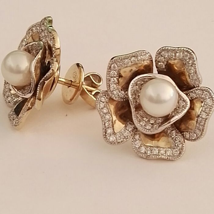 18 kt gold earrings with diamonds, 0.61 ct and Japansese pearls, 6 mm