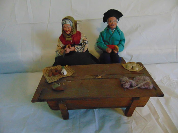 Old Provence Santon (Christmas crib figure) - Couple of peasants in front of their kitchen table in raw wood - Collector / Old