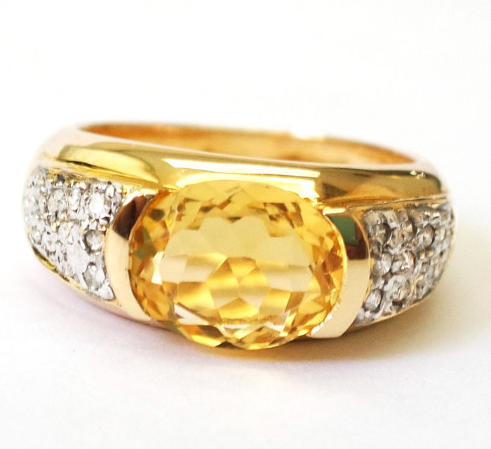 14ct yellow gold Oval Cut Citrine & 20 Pieces 0.140 cts Diamond Ring. Size O 1/2