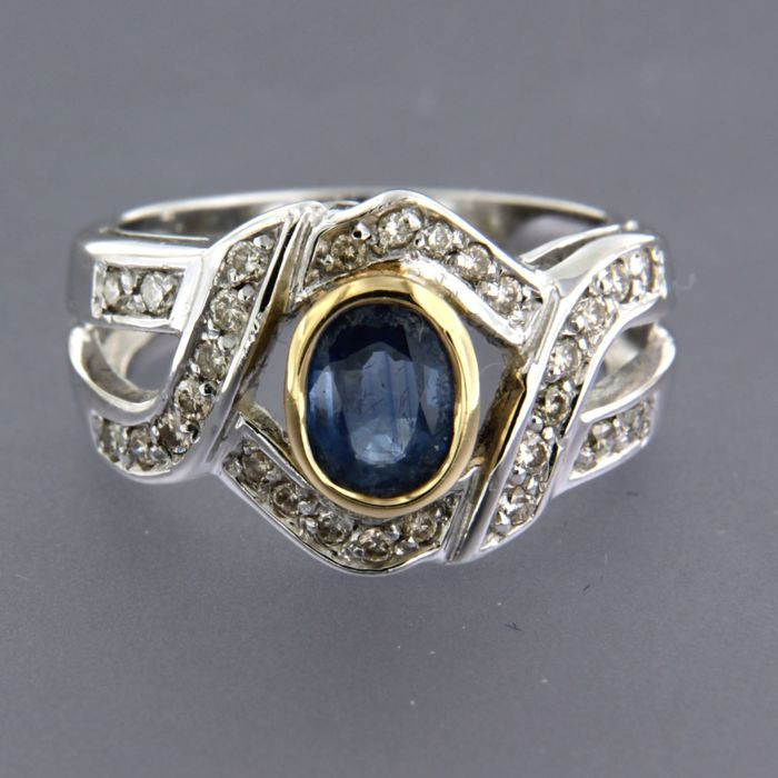 18 kt bi-colour gold ring with an oval-cut sapphire and 18 brilliant-cut diamonds, ring size: 17 (53)