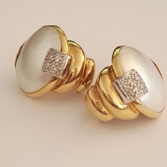 earrings in 18 kt yellow gold with two mabé pearls and 0.10 ct of brilliant cut diamonds, colour H, clarity VS