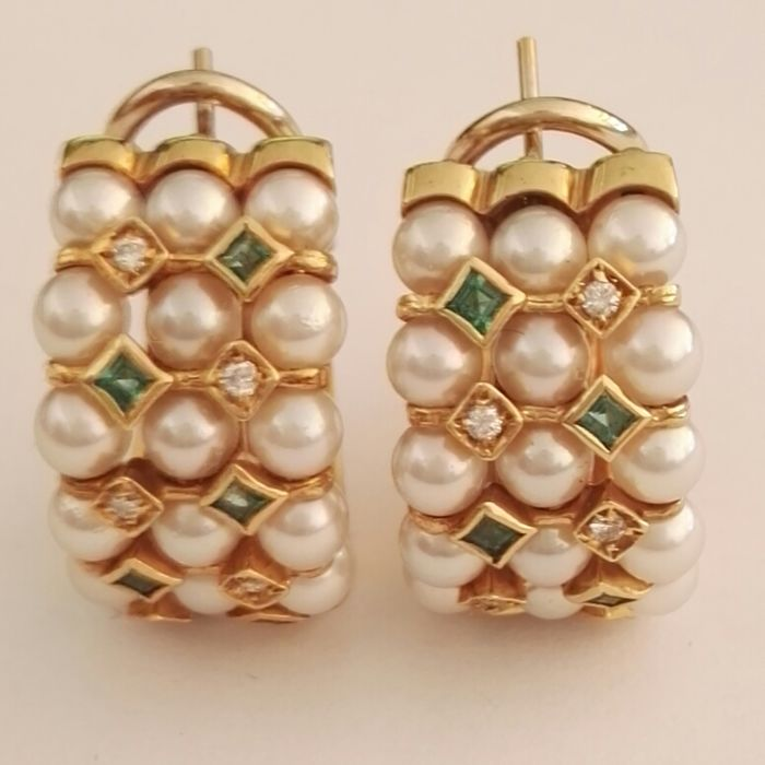 earrings in yellow gold with brilliant cut diamonds, colour H, clarity VS, 0.15 ct, small Japanese pearls with a diameter of 2.5 mm, and carré cut emeralds for 0.25 ct, French clip