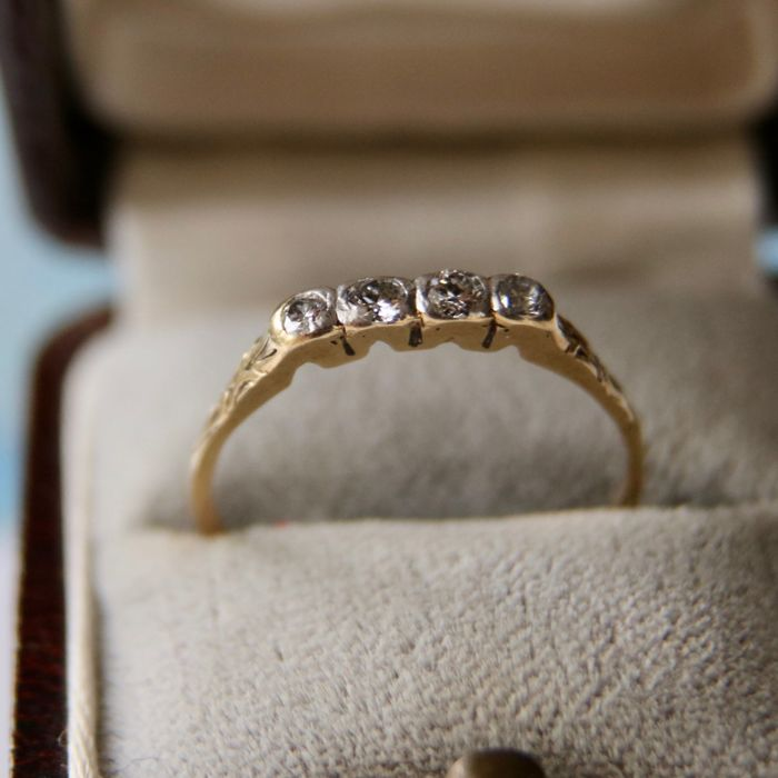 About 1930  Yellow gold marriage ring set with 4 brilliant cut diamonds approx. 0.20 ct. H/SI.