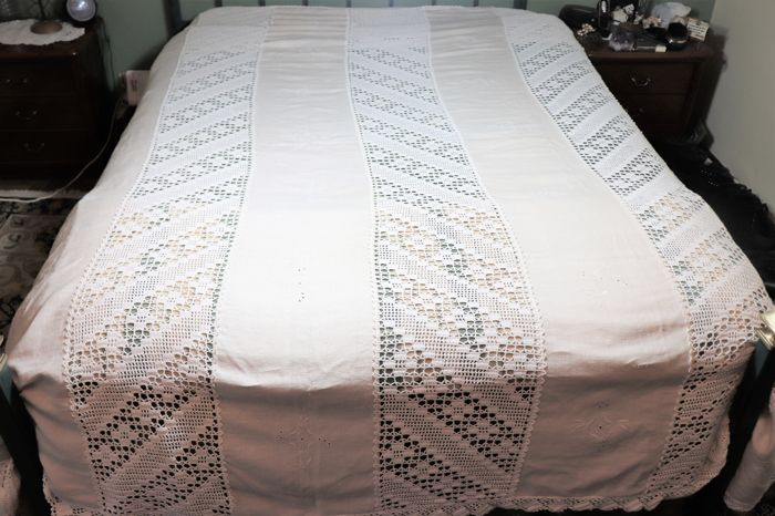 Crochet bed quilt, and stripes in 100% pure linen (tow) from a private collection in Portugal