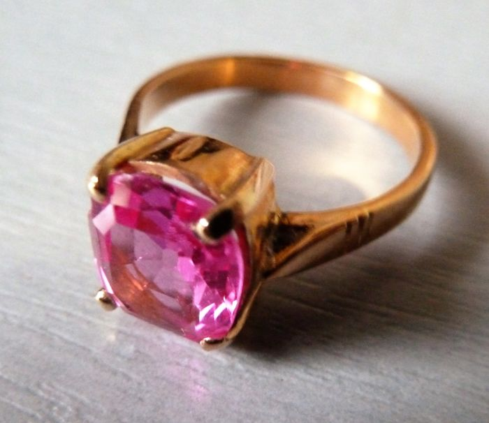 Pretty ring in hallmarked 18 kt gold set with a pink Verneuil sapphire