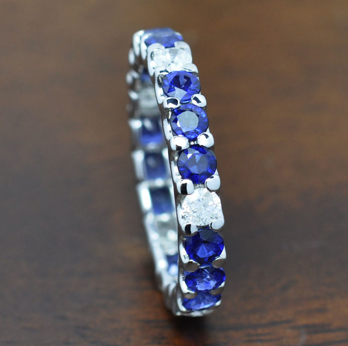 Gold ring with blue sapphires and diamonds of 2.30 ct total