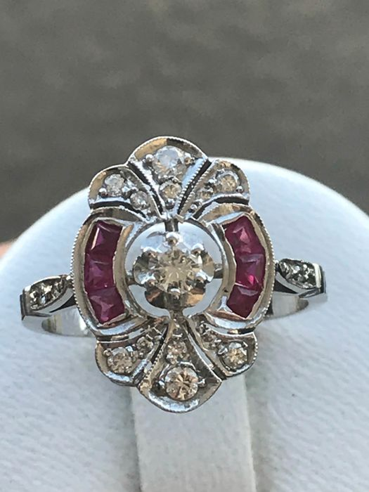 Old Art Deco ring in 18 kt white gold set with calibrated diamonds and rubies
