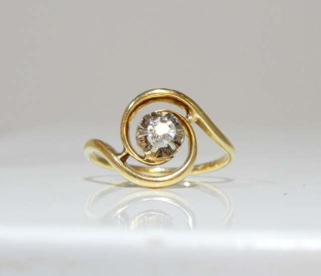 Whirlwind ring with diamond 0.10 ct mounted on 18 kt yellow gold