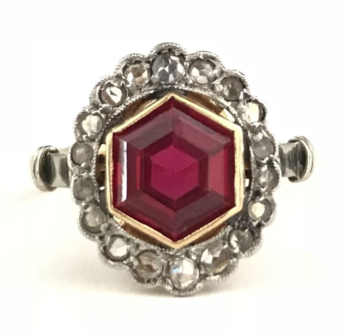 Art Deco marquise ring in 18 kt gold with Verneuil ruby (1.5 ct) circled by diamond roses (0.36 ct) **No reserve price**