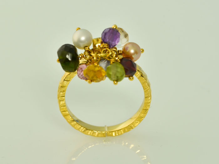 Tous - Ring in 18 kt gold with diverse gemstones. Size: 53 (17 mm in diameter)