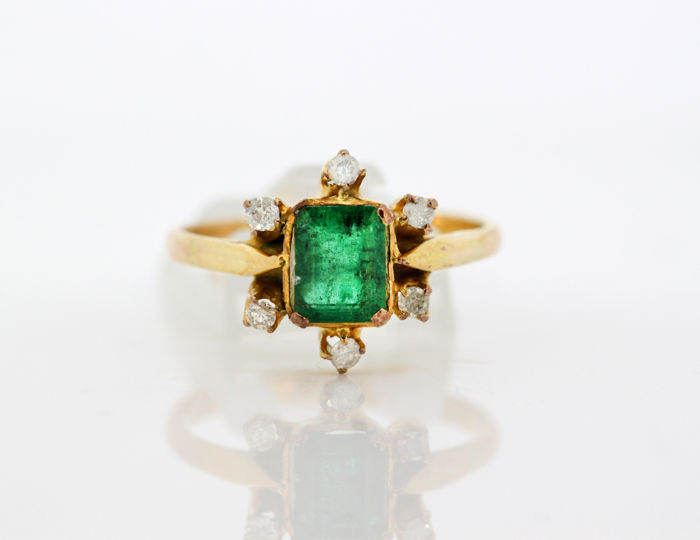 Vintage 18k yellow gold ladies ring with emerald (1 ct) and diamonds (0.18 ct total) Circa.1930's