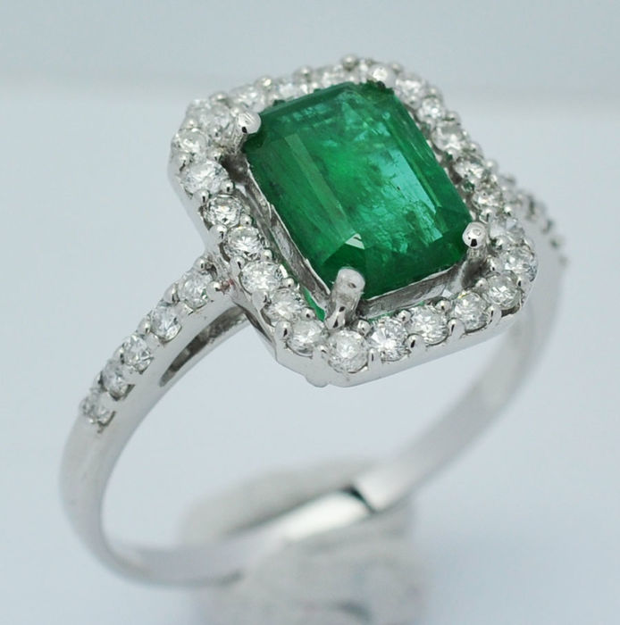 Gold ring 18 kt with emerald 1.55 ct and natural diamonds