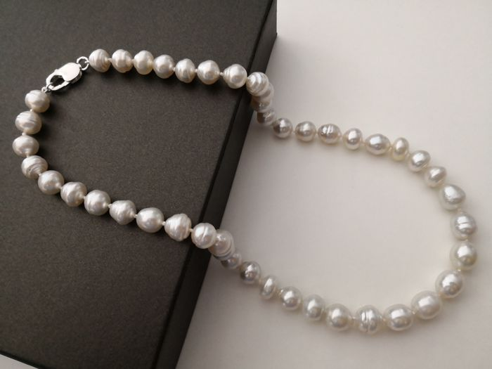 Necklace made of Australian pearls measuring 9-11 mm, 45 pearls, silvery white colour with high lustre. No reserve
