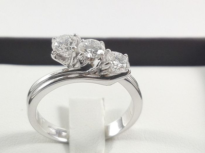 Women's trilogy ring by 'Massimo Raiteri', in 18 kt white gold and natural diamonds totalling 0.90 ct Weight: 5.4 g