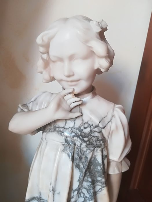 Wonderful marble / alabaster sculpture depicting a beautiful little girl - 19th century