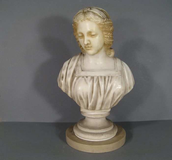 Sculpture in marble - Bust of young woman - late 19th / early 20th century