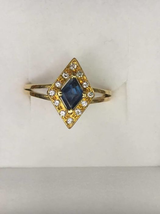 19.2 kt gold ring with sapphire and diamonds