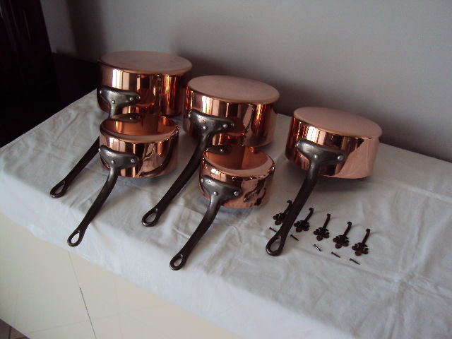 French made outstanding lot of five solid copper pans with a professional tin-lining inside, 20th century, NEW