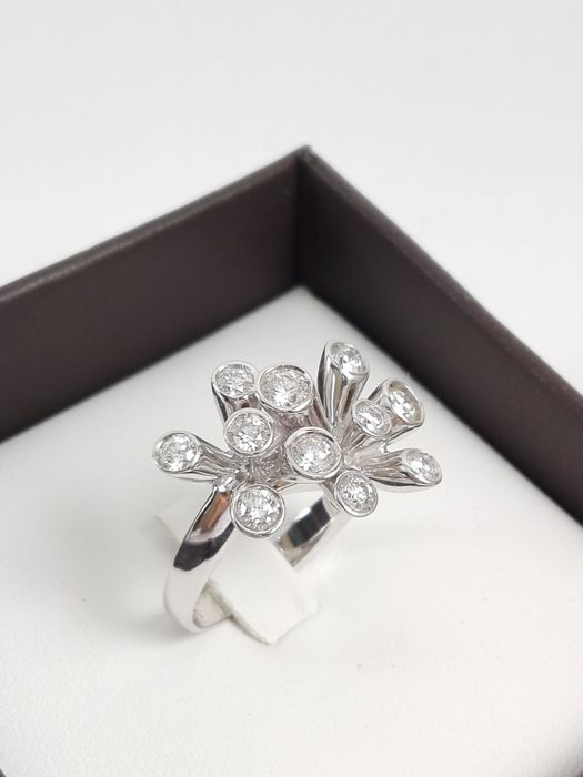 Women's multi-stone ring in 18 kt white gold with natural diamonds for a total of 1.11 ct Weight: 8.6 g