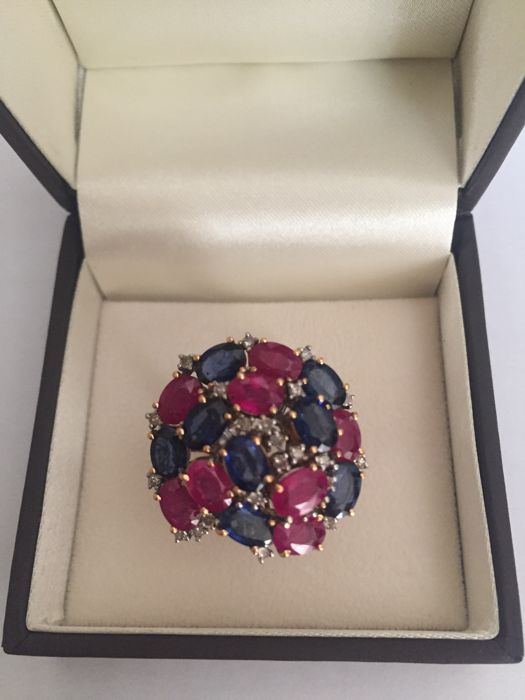 Exclusive ring in 18 kt yellow and white gold with rubies, 5 ct, sapphires, 5 ct, and diamonds, 0.40 ct