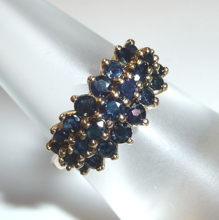 Ring made of 14 kt / 585 gold with 25 sapphires of 1.5 ct in total - ring size 53 - adjustable