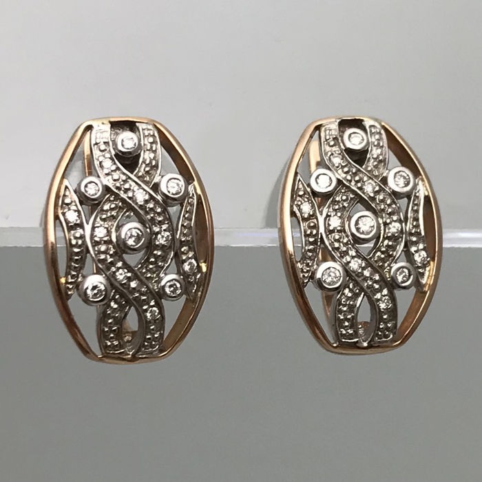 Gold, 14 kt. Earrings.  Diamond totalling 0.2 ct. 18 x 13 x 13 mm
