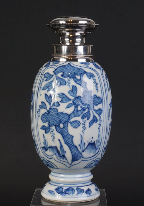 Blue and white porcelain Kangxi tea canister vase with silver lid - China - 17th century