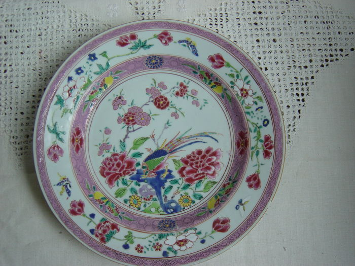 A porcelain famille rose Yongzheng / early Qianlong plate - China - 18th century