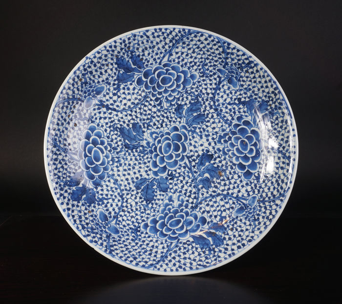 Very large blue/white porcelain plate with grapes decoration - China - 17th century (Kangxi period)