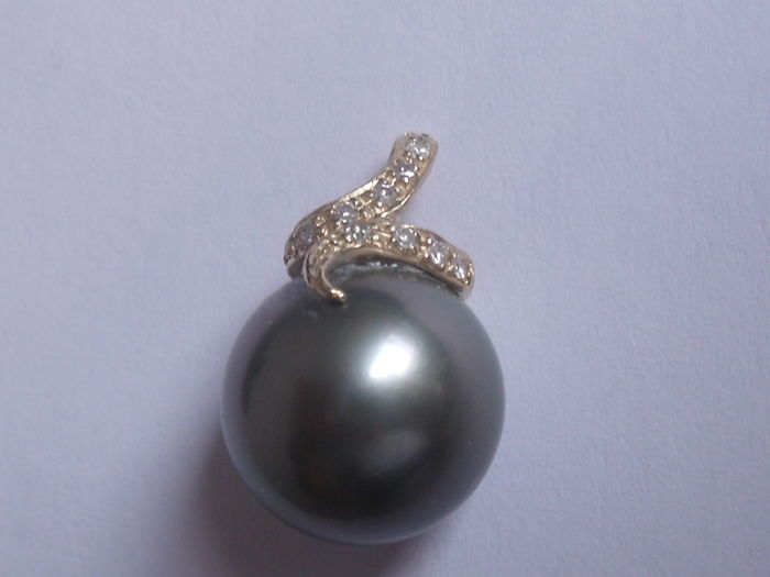 14 kt yellow gold pendant with 12 mm Tahiti pearl and 6 small diamonds 0.06 ct