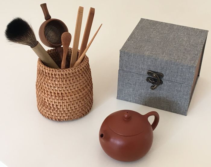 Signed Yixing red ceramic teapot with complete Gong-Fu-cha tools set - China - second half of the XXth Century