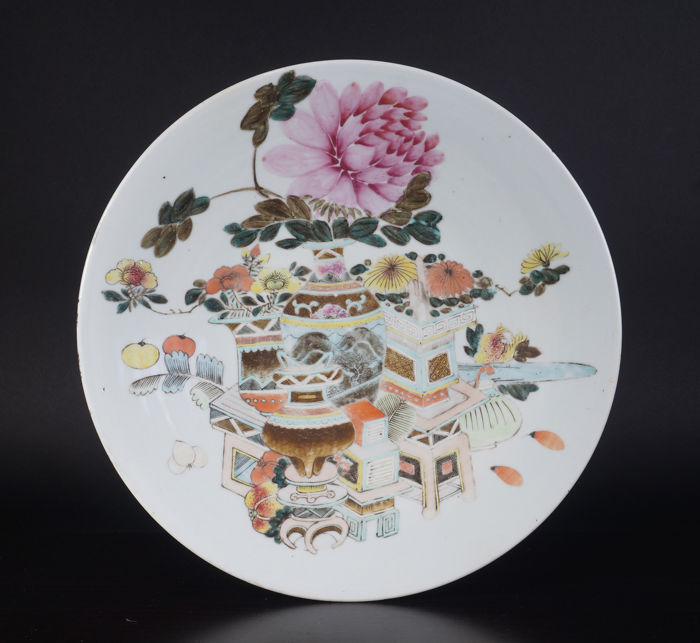 Very large Qian jiang colour porcelain dish with a treasures decoration - China - 19th century