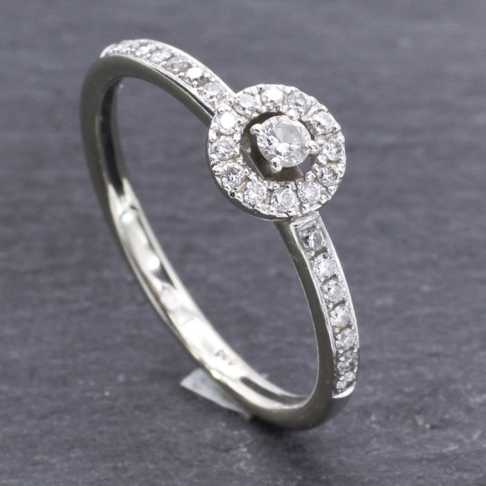 14 kt white gold ring set with brilliant cut diamonds