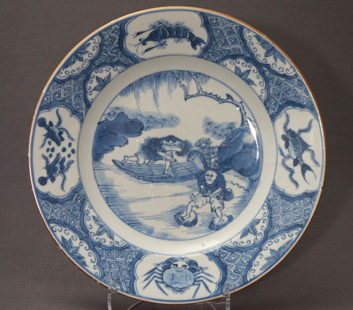 Deep plate with decoration of fishermen, surrounded with shrimp, crab and fish - China - ca. 1725 (Kangxi/Yongzheng period)