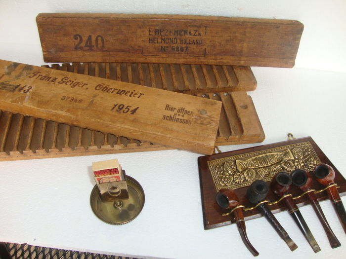 2 beautiful cigar shelves from 1910 and 1945 - 1 very old match stick holder with old matchbox. + Old hanging little pipe-frame with 5 very old pipes