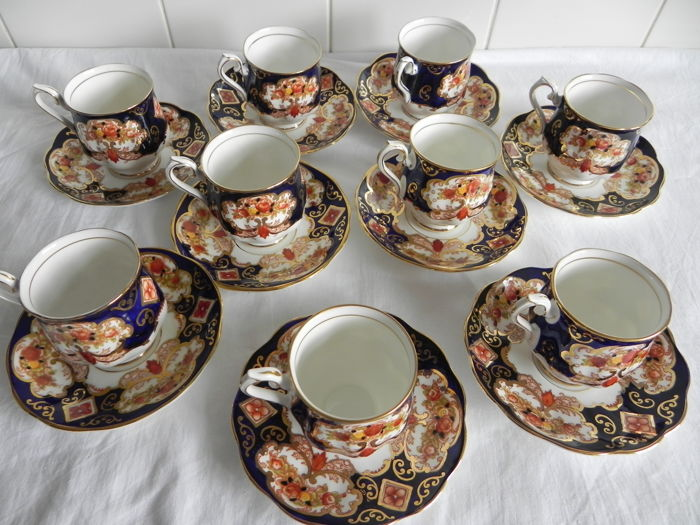 "Royal Albert - 9 cups and saucers ""Heirloom"""