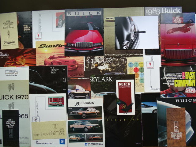 1968 - 2005 - BUICK, OLDSMOBILE, PONTIAC - Mixed lot of 29 sales brochures, press kits & colour charts