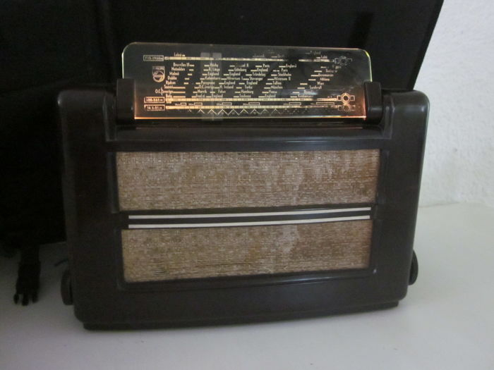 Very nice bakelite Philips tube radio type 658U from 1945/1946